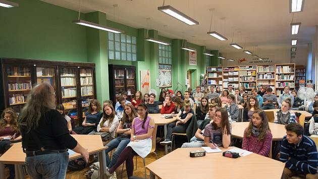 PB 2018 – disident F. Stárek debatuje se studenty.