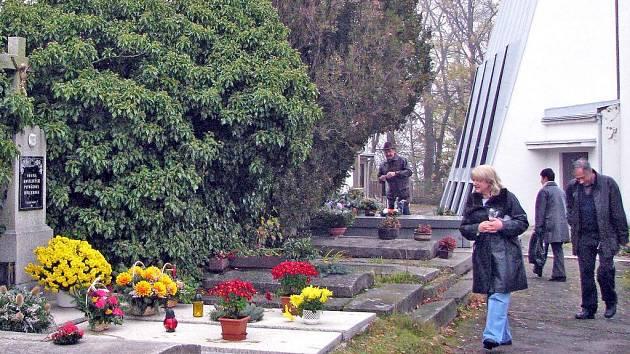 Také na hřbitov v Klenčí pod Čerchovem se o víkendu vydaly stovky lidí.
