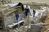 Strakov. Rybník, který je jedním ze tří Zelenovských rybníků, obsadili dělníci.