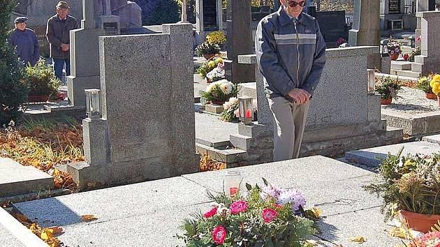 Dušičky. Na hřbitovy půjdou, ale většinou pojedou auty tisíce lidí. Měli by být opatrní na sebe i své věci.