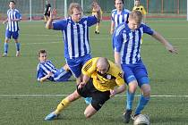Radek Šindelář v dresu FC Dynamo H. Týn zkusil projít mezi obránci Jiskry Domažlice B.