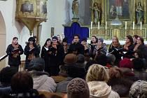 Z KONCERTU CANZONETTY V KOSTELE SV. VAVŘINCE V MRÁKOVĚ. Canzonetta zpívala s Jakubem Ošmerou a za svůj koncert si vysloužili od diváků standing ovation – při potlesku celý kostel stál.