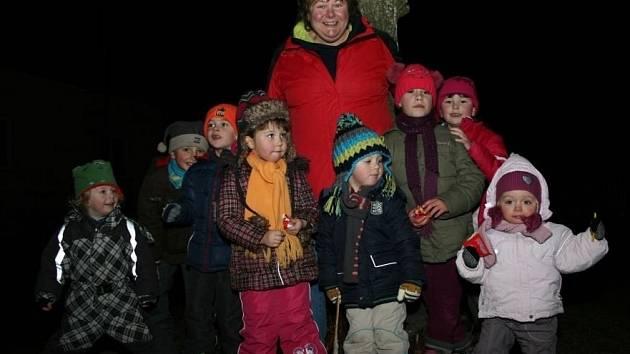 Starostka Pelechů Hana Váchalová s dětmi, které přišly na Vánoční setkání.