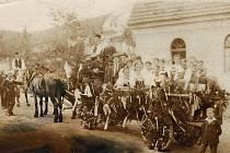 Takto v Horní Kamenici oslavovali v 20. letech. Krojovaní jezdili s žebřiňákem po vsi a tančili v kruhu takzvanou českou besedu.