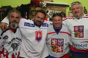 TLUSTÁ BERTA oblékla dresy a zdravicí vyjádřila podporu českým a (nyní již bohužel vyřazeným) slovenským hokejistům.