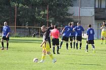 Fotbalisté Dynama Bukovec (v modrém) doma porazili Sokol Všeruby 5:2 a přiblížili se postupu do nejvyšší okresní soutěže.