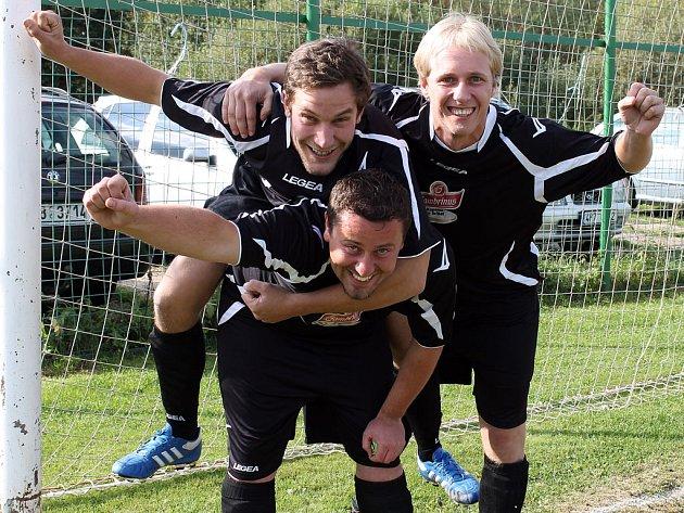 Kopeme za fotbal - Hráči Ondřej Bulíř, Lukáš Hummel a Lukáš Raiser z FK Sokol Chodská Lhota.