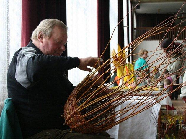 Václav Herian předváděl na konci března návštěvníkům Velikonoční výstavy v Holýšově, jak se z proutí pletou košíky, pomlázky či ošatky na velikonoční vajíčka.