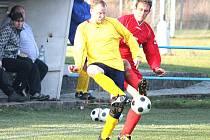 FOTBALISTÉ POSTŘEKOVA zlomili odpor soupeře z Krchleb čtyřmi góly ve druhé půli. Na snímku je krchlebský Patrik Roth (ve žlutém) v souboji s kanonýrem Postřekova Janem Bučkem.