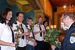 NOVÉ ČLENKY PŘIVÍTALI HASIČI RŮŽEMI. Po průkazech dostaly členky v sále restaurace U Svatého Jána pozornost od mužských kolegů – růži, již jim předal Václav Prantl.