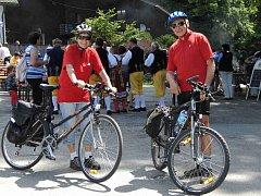 NESMĚLI V GIBACHTU CHYBĚT. Na kole přijeli i odjeli 69letá Marie a 75letý Václav Kozinovi z Domažlic. V pozadí Chodovanka v čele s Antonínem Konrádym, která se postarala cyklistům o výtečnou náladu.