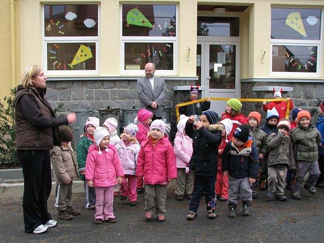 Mrákovští předškoláci si slavnost před svojí školkou užili. Přednášeli, zpívali a poté dva z nich drželi starostovi Josefu Janečkovi (v pozadí) , ředitelce Jitce Polákové a zástupci stavební firmy při střihání pásku.