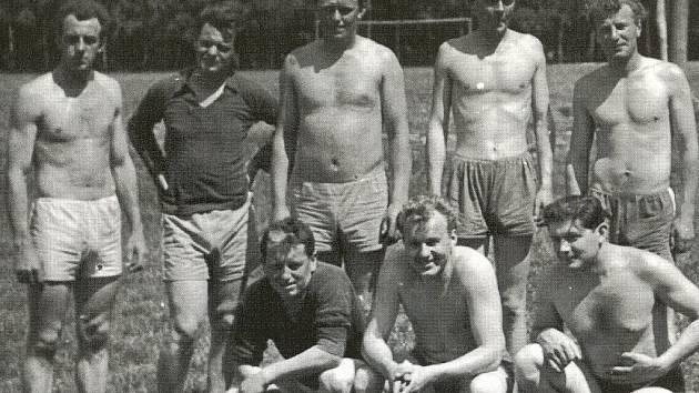 Zakladetelé pocinovického volejbalu. Snímek je pořízen v roce 1962 a je to nejstarší fotografie volejbalistů Sokola Pocinovice.