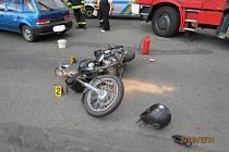 Nehoda motocyklu a auta v Domažlicích.