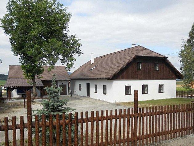 Stará vesnická chalupa se změnila v Chodskou strážnici.