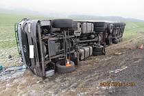 Nehoda převráceného kamionu.