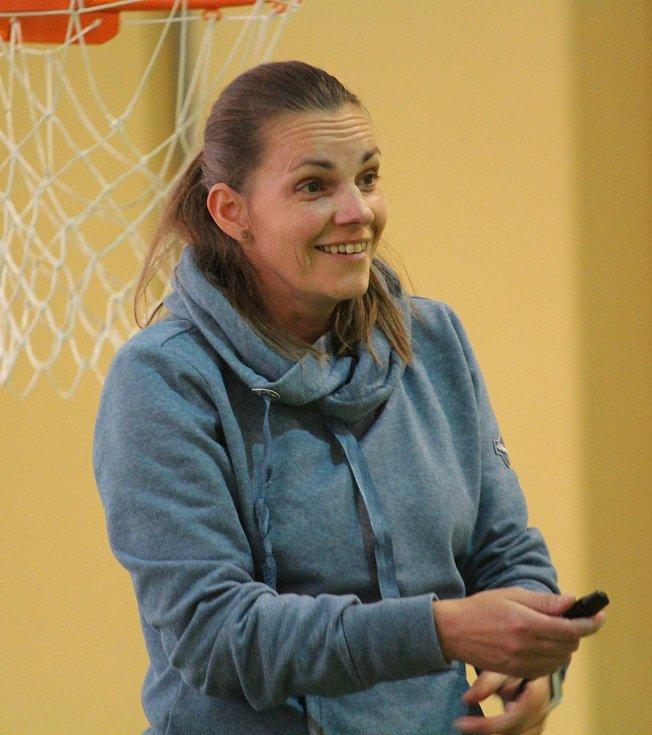 Michaela Benešová, hráčka VK Volejbal Domažlice, se na turnaji chopila role jedné z rozhodčích.