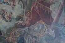 Fresky a lešení uvnitř kostela.