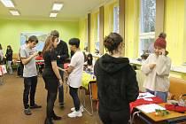 Sedm studentů z celého světa na akci Global Village, která se uskutečnila v pátek 14. února na obchodní škole v Domažlicích, představilo svou zemi.