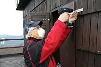 Turisté opravují to, co vichřice zničila.