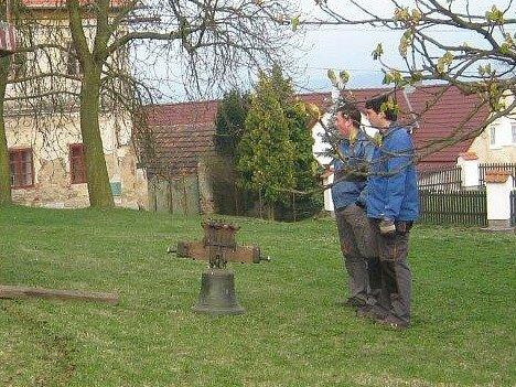 Semněvičtí vrátili zvon na původní místo.