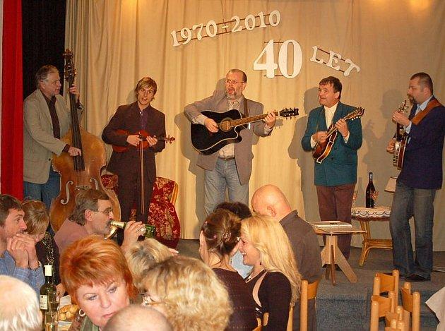 Divadelní soubor při Městském kulturním zařízení Horšovský Týn oslavil vloni čtyřicítku.