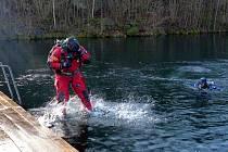 Z ponoru na závěr roku v Lomečku. Stačil krok a potápěč mířil do hlubin.
