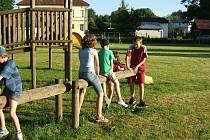 Děti si hraji na hřišti v Hlohové.