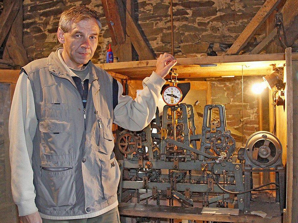 Elektrikář Leoš Pravda u hodinového stroje ve věži kostela sv. Apolináře v Horšovském Týně.