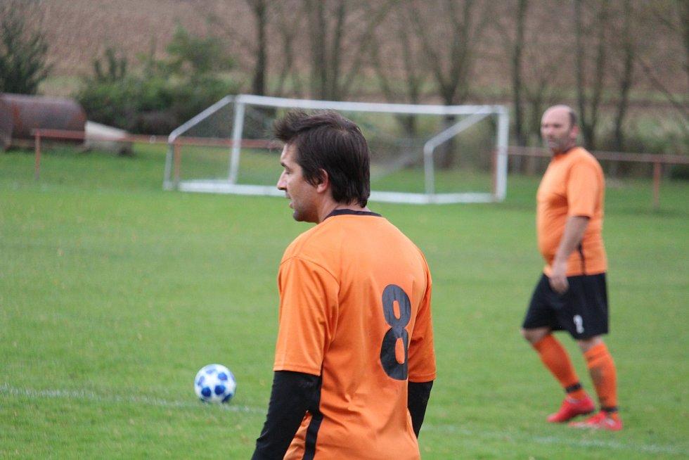 Sokol Blížejov (v oranžovém) - Slavoj Koloveč B (v modrém) 0:7 (0:2).