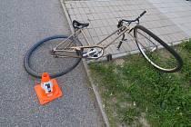 Opilý cyklista narazil ve Kdyni do obrubníku a spadl z kola.