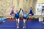 Mladé gymnastky SG Sokol Domažlice uspěly na závodech v jižních Čechách. Na kladině zleva Tereza Kočí a Šarlota Bauerová, dole zleva Nelly Brožová a Barbora Wiesnerová.