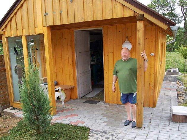 Güther Höfler se pře se sousedem o část pozemku a zahradní kolnu.