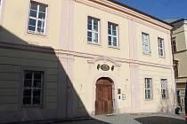 Městská knihovna Boženy Němcové v původní budově u domažlického kláštera. V současné době je otevřená v omezeném režimu.
