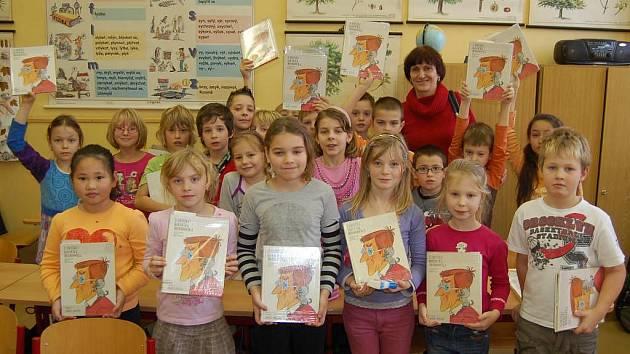 Rozálie Růžičková se svými spolužáky ze 3.C při hodině čtení.