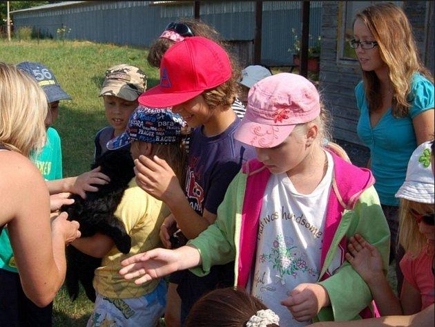 Děti navštívily policejní chovnou stanici v Domažlicích.