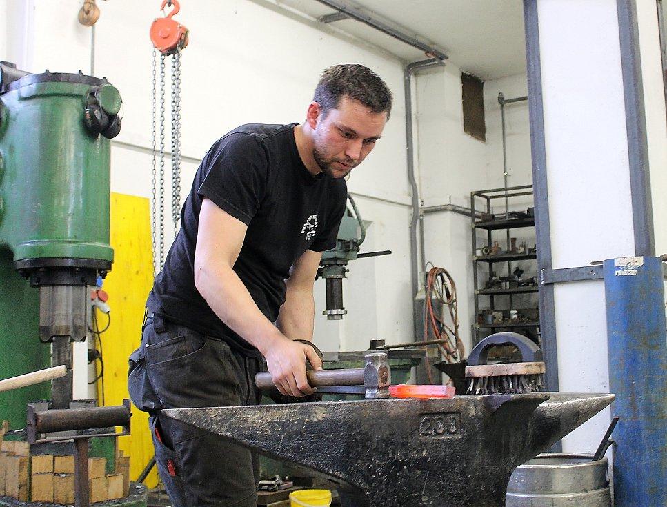 Kováři Jiří Martínek a jeho kolega Vojtěch Teplý zrovna vyrábějí část železných vrat.