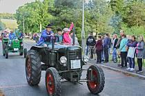 Devatenáctý ročník v couvání traktorem kolem návsi vyhrál místní Radek Němeček. Putovní pohár tak zůstal doma.