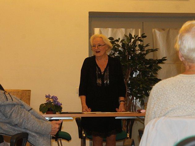 Věra Kubová v knihovně tentokrát vyprávěla o básnících - Nezvalovi a Seifertovi.