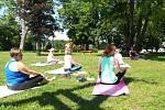 Cvičili a relaxovali s jógou, počasí jim k tomu přálo.