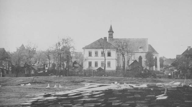 Ve vsi stály dva kostely. Na snímku je kostel Panny Marie Pomocné, který byl stejně jako prakticky celá obec zničen.