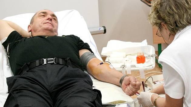 Vedoucí Školního policejního střediska Domažlice Jaroslav Vlach daruje krev. Dobrovolné dárcovství policistů považuje za výchovnou metodu i službu veřejnosti.