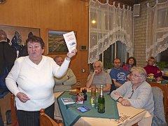 MARIE ŠPAČKOVÁ představila při přednášce spojené se křtem novou brožuru Poběžovice – zámek Nový Ronšperk, již ve spolupráci s Městem a MKIS Poběžovice vydalo Občanské sdružení Dobrohost.