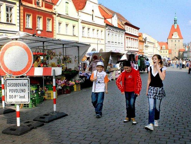 Středeční trhy byly po dobu rekonstrukce přemístěny na  dolní část náměstí. Obchodníci v kamenných obchodech mají problémy se zásobováním.