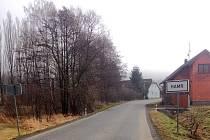 PŘED HAMREM. Motoristy dle obyvatele osady svádí motoristy k překročení rychlosti hlavně v tomto směru od Klenčí pod Čerchovem.