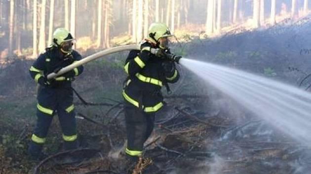 Hasiči stále častěji vyjíždějí k požárům způsobeným nedbalostí. Foto: archiv Deníku