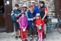 Sedmaosmdesátiletá seniorka Marie Ledvinová nám se svým potomstvem zapózovala před Kurzovou věží.