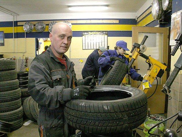 V Pneuservisu pod Dubinou pracovníci vyměňují letní pneumatiky za zimní už od minulého týdne.