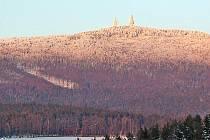 POHLED NA VĚŽE POHOŘÍ HOHER BOGEN. Před lety by nás nenapadlo, že nedaleko ´špionážních´ věží budeme někdy mít možnost lyžovat.