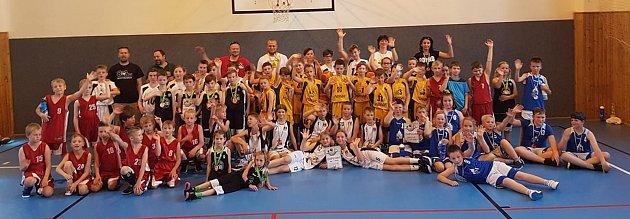 Účastnící basketbalového turnaje nejmladších přípravek vDomažlicích.